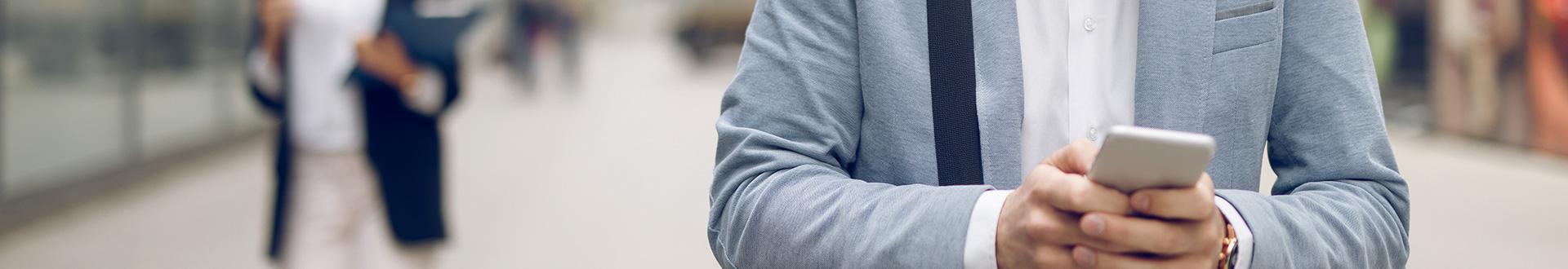 człowiek trzymający telefon